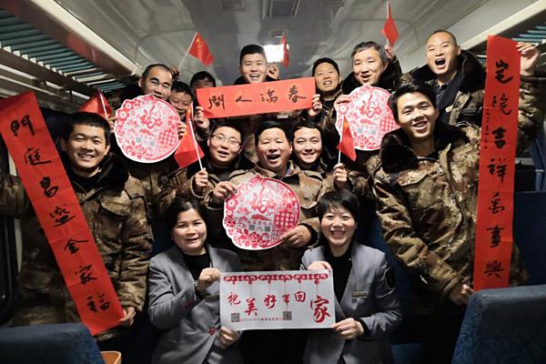 南昌铁路局南昌客运段沪甬车队临客五组为旅客送去新年祝福